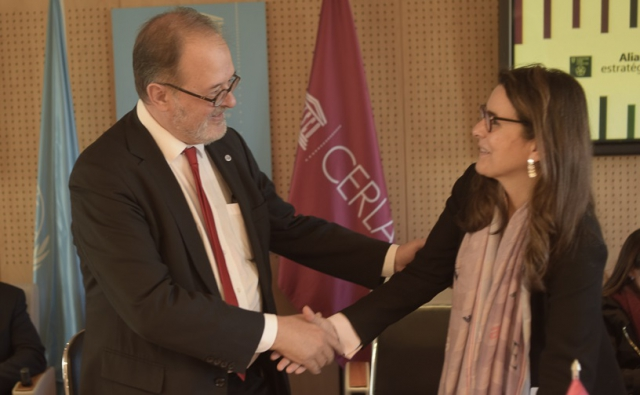 IPA Secretary General, José Borghino, shaking the hand of CERLALC Director, Marianne Ponsford